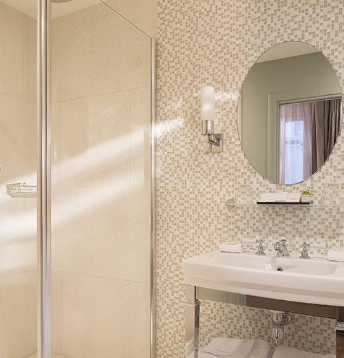 Une salle de bain comme à l'hôtel à Garches