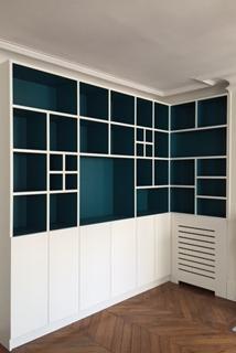 Une bibliothèque sur-mesure réalisée dans un appartement haussmannien