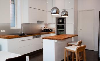Une cuisine lumineuse au look très contemporain réalisée par des artisans de La Maison Des Travaux Boulogne-Saint Cloud