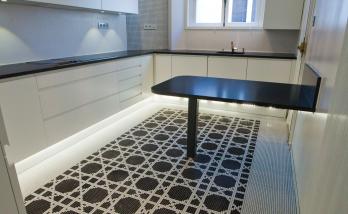 Une cuisine aménagée avec pose de mosaïque au sol par les artisans de La Maison Des Travaux Boulogne-Saint Cloud