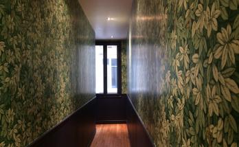 Peinture des boiseries et pose de papier-peint dans un appartement près de Boulogne-Billancourt